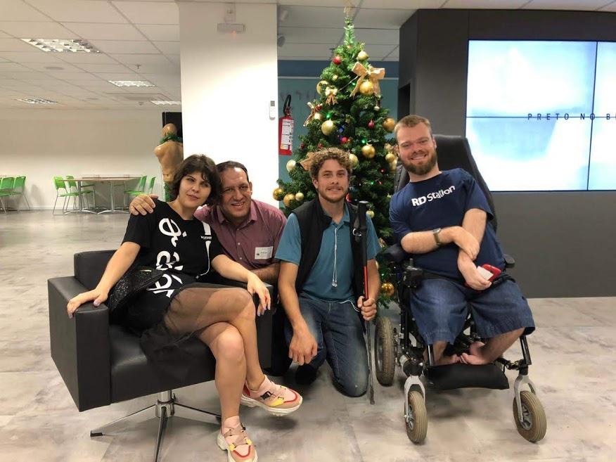 A imagem é uma foto de integrantes - pessoas com deficiência - do time da empresa Resultados Digitais. Fonte: https://resultadosdigitais.com.br/blog/grupos-de-afinidade-inclusao-diversidade/
